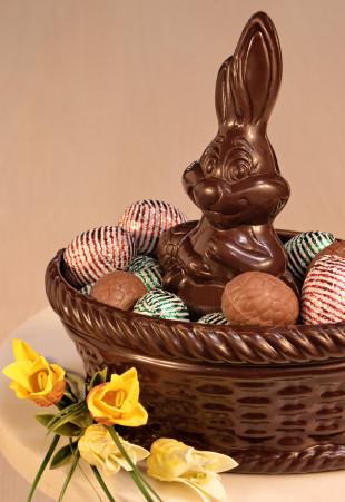 Lapin en chocolat et panier garni d'oeufs en chocolat