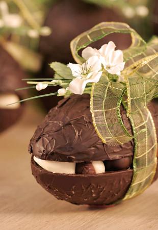 Oeuf de Pâques en chocolat garni de pralines assorties