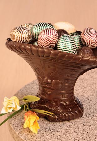 Panier de Pâques garni de petits oeufs en chocolat