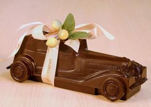 Voiture en chocolat garnie de pralines